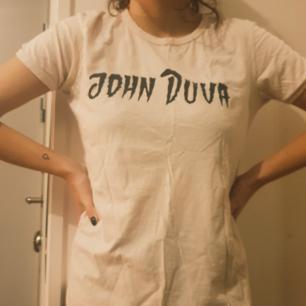 Ljus rosa t-shirt med tryckt från bandet john duva