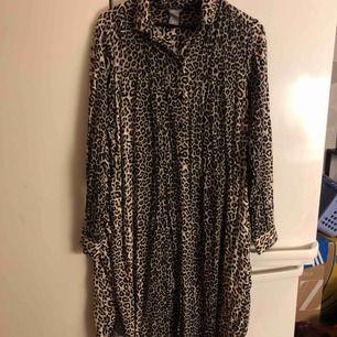 Lång skjorta från Lindex i leopardmönster. Användbar som både klänning och tunika. Upphämtning i Göteborg och Falkenberg. Annars tillkommer frakt.