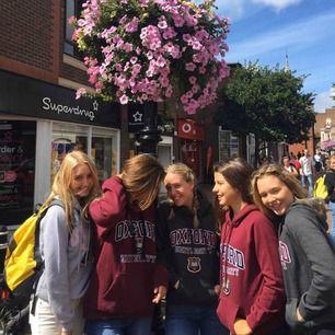 Oxford univeristy hoodie i färgen grå🖤🖤 säljer pga för liten . Köpt på Oxford collage i England 🖤 frakt tillkommer om de behövs!!