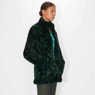 Generöst använd fuskpälsjacka från Tiger of Sweden storlek S. Säljer jackan då den aldrig används. Nypris 2699 kr. (Köpt för ett år sedan)