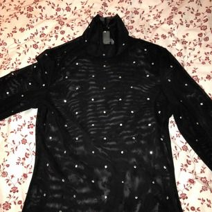 Trendig tröja med paljetter som passar perfekt till fest eller vardagen (beror på hur man matchar den). Den är ganska genomskinlig så den är mycket fin tillsammans med en bralette eller något annat fint under.