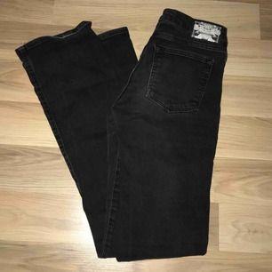 Säljer mina Crocker bootcut jeans då dom tyvärr var för små.. 100kr plus 59kr om man vill ha det postat.