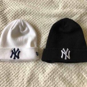 Två mössor, Vit med mörkblått tryck, svart med vitt tryck, New Era Yankees i fint skick. 30kr/st eller 50kr för båda. Frakt tillkommer: en mössa 36kr i frakt, båda mössorna 50kr i frakt.