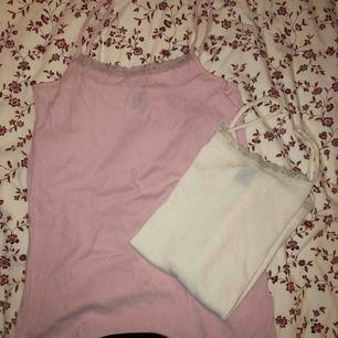Gulligt spets-linne som fungerar till mycket. 20kr per linne men 30kr för båda. De är båda i samma storlek.