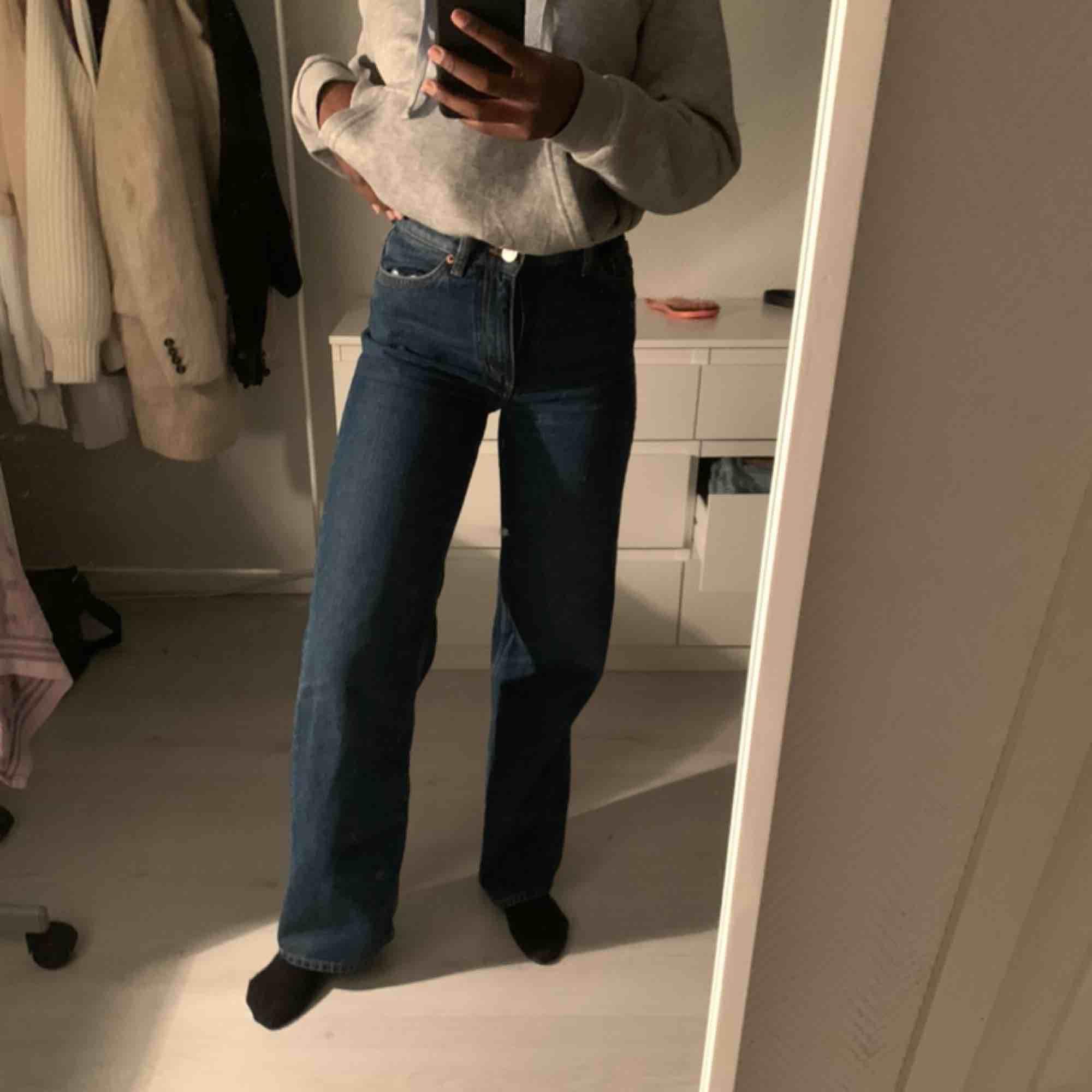 De populära Yoko byxorna från monki. Hur snygga och sköna som helst!. Jeans & Byxor.