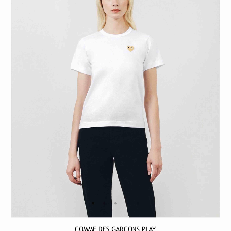 Säljer min skitfina comme des garcons t shirt! Använt ett fåtal gånger men är i väldigt bra skick. Pris kan diskuteras. Frakt tillkommer! . T-shirts.