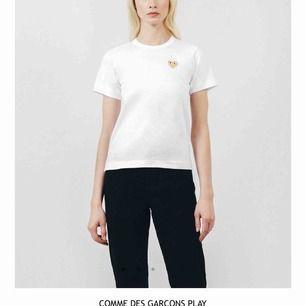 Säljer min skitfina comme des garcons t shirt! Använt ett fåtal gånger men är i väldigt bra skick. Pris kan diskuteras. Frakt tillkommer!