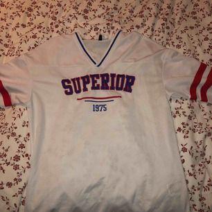 Stor T-shirt (basket tröja) i fint skick från h&m