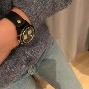 Superfin och trendig svart klocka med gulddetaljer från märket TRIWA. Modellen heter Brasco. Nypris: 2300kr