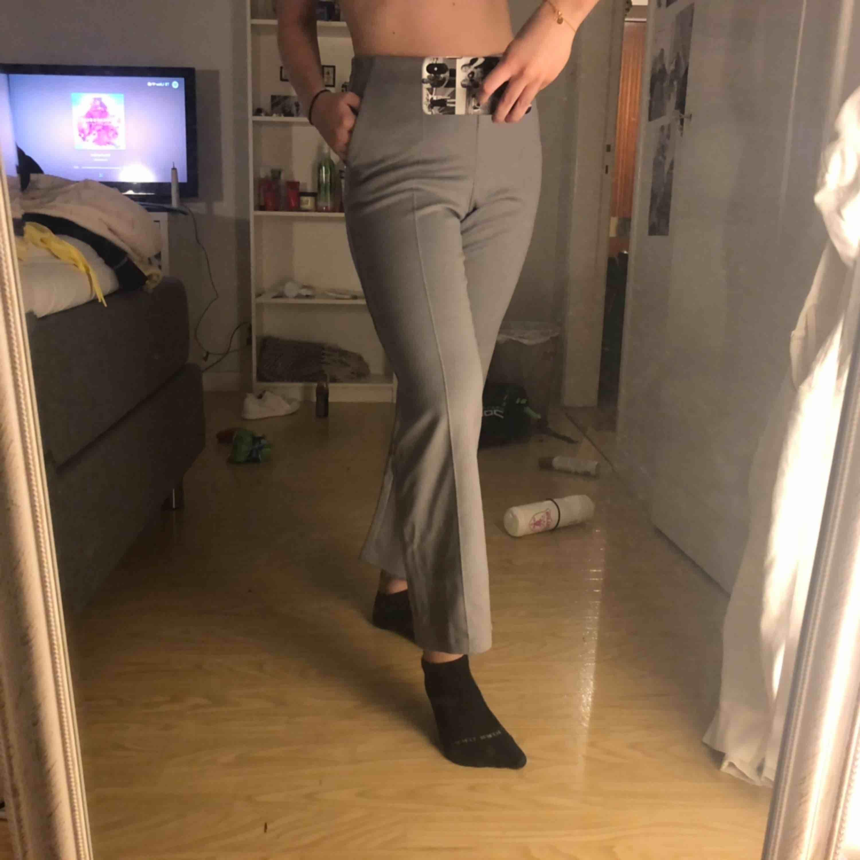 Kostymbyxor från UNIQLO ( affären mittemot NK som är nyöppnad) säljer pga försmå❤️ frakt tillkommer . Jeans & Byxor.