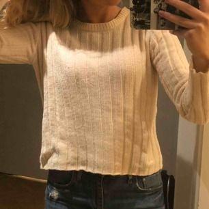 Mjuk och skön tröja från bershka att ha nu på hösten/ vintern❤️ frakt ingår ej!
