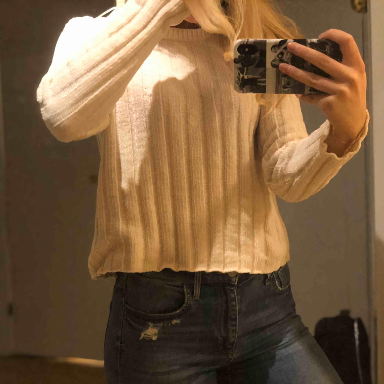 Mjuk och skön tröja från bershka att ha nu på hösten/ vintern❤️ frakt ingår ej!. Stickat.
