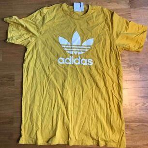 Gul adidas T-shirt, knappt använd! Storlek L