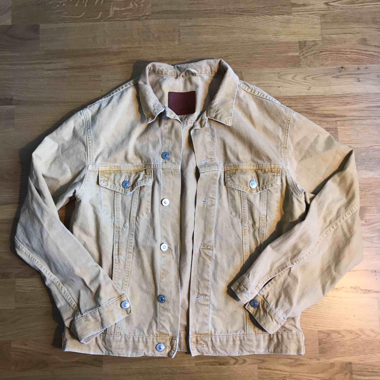 Gul jeansjacka från zara, lite sliten(Retro) i modellen! Superfin! Lite mer gul än vad som syns på bilden . Jackor.