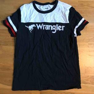 Wrangler T-shirt! Knappt använd! Storlek L