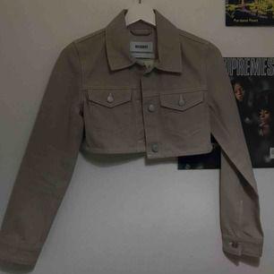 Världen bästa mini jacka från weekday. Säljes på grund av att den är för liten i ärmarna :( aldrig använt utan bara hängt i min garderob