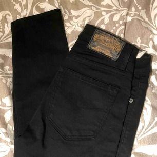 Ett par kol(!)svarta smala jeans från crocker. Står 29/34 på lappen men tycker jag är totalt missvisande då de är ca 27 i midjan och 30/32 i längden. Frakt ingår!💕