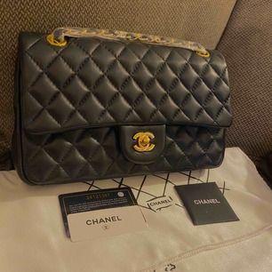 Chanel väska i skinn med guld detaljerad . Medium storlek ca 26*16 cm   Aaaaa kopiaa  Köparen står för frakten