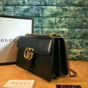 Oanvänd äkta skinn, svart + gulddetaljer A kopia. Mått 28×16 * 8 cm