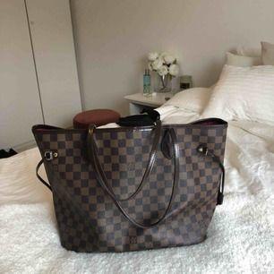 Första hands kopia av Louis Vuitton i medium storlek. Väskan är i äkta läder så den är i god kvalité.