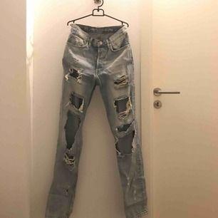 Super snygga  ljusblå jeans med hål i. Knappt använda alls. Dem är ifrån bik bok i storlek XS och finns inte att köpa längre.