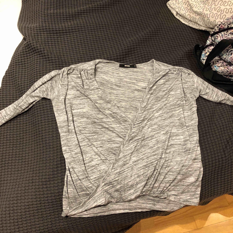 Snygg grå tröja från BikBok, använd fåtal gånger men blivit för små men är inget fel på den. Köparen betalar frakt. Toppar.