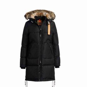 Jag säljer min parajumper jacka då jag köpt en annan vinterjacka jag tycker om mer. Den är använd ca 1 vinter Jackan är äkta Storlek S, funkar även på XS Säljer för 5700kr Modell: Svart Longbear