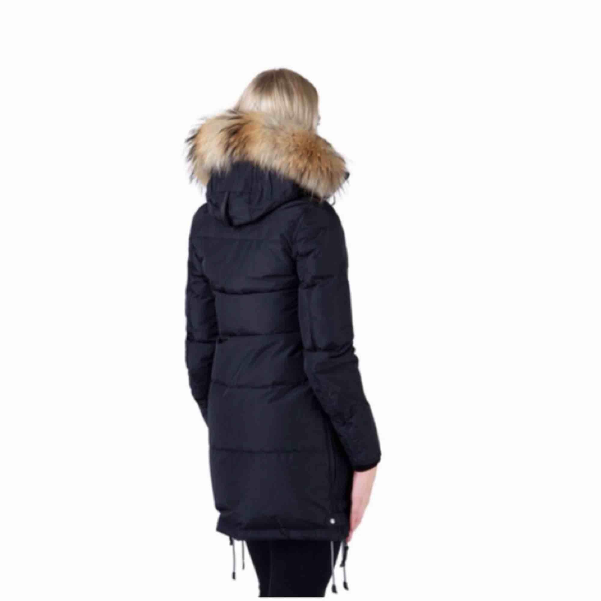 Jag säljer min parajumper jacka då jag köpt en annan vinterjacka jag tycker om mer. Den är använd ca 1 vinter Jackan är äkta Storlek S, funkar även på XS Säljer för 5700kr Modell: Svart Longbear. Jackor.