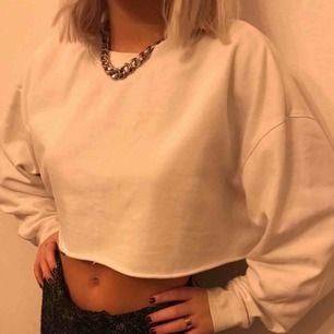 (Bilderna är lånade 💖💖💖) superfin croppad sweatshirt köpt av en annan tjej här på plick! Från weekday från början men passade inte. Står storlek M i men eftersom den är avklippt så passar den även mindre. Köparen står för frakt 💫💫