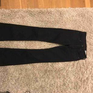 Svarta bootcut jeans från crocker. Dem har ett litet hål på låret.