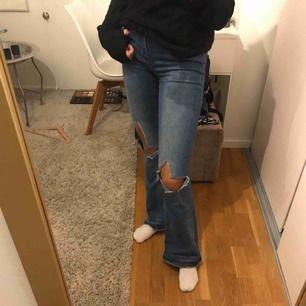 Super snygga bootcut jeans från zara med hål på knäna.