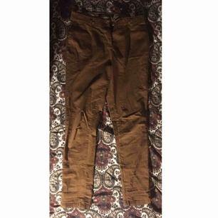 Asnice bruna byxor! Passar perfekt att ha upprullade ben på eller som dom är såklart. Använda typ tre gånger så de är i mycket fint skick. Vid frakt står köparen för kostnaden 💌