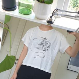 Vit t-shirt med tryck. Fint skick, som ny! Frakten är inkluderad