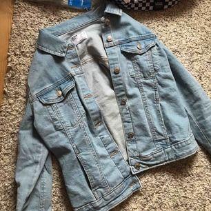 Det är en jeans jacka från berska de. Är dock avklippt men är i jätte bra skick kan såklart gå ner i pris