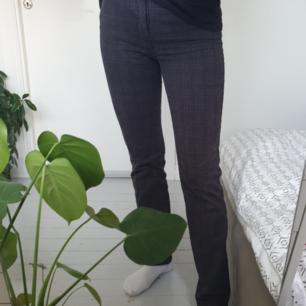 Rutiga byxor. Jag är 174 cm. Fint skick! Frakt är inkluderat