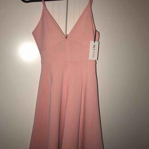 Klänning i nude rosa färg. Helt oanvänd