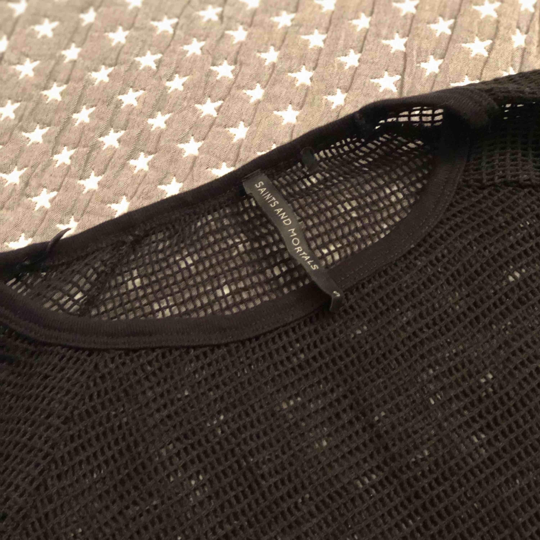 En super snygg nättröja som ser så snyggt ut med en svart bh eller en svart topp. . Stickat.