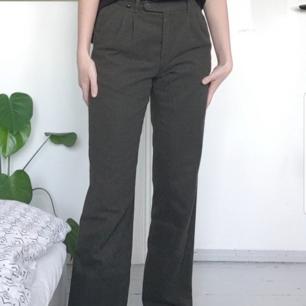 Gröna byxor. Jag är 174 cm, funkar för längre också. Frakten är inkluderad