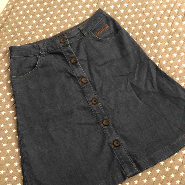 Jätte fin jeanskjol från STOCKH LM. . Kjolar.