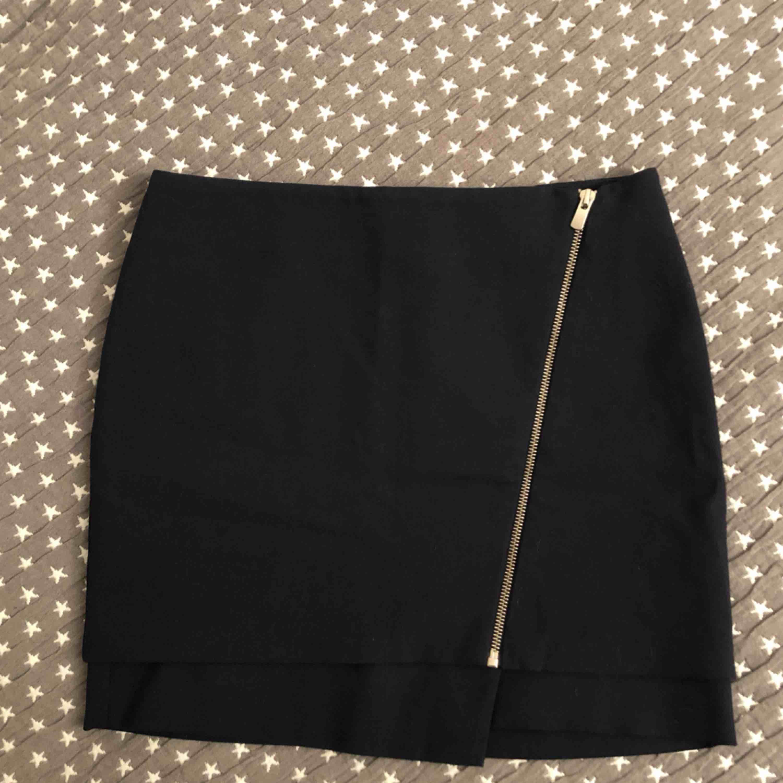 Extremt snygg kort kjol från HM. Kjolar.