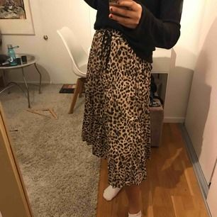 Plisserad kjol i XS med leopardmönster.