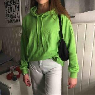 Grön hoodie från Monki, storlek xs men ganska stor i storleken så skulle säga mer som en M