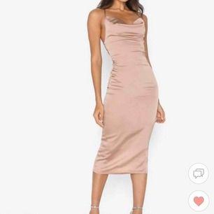 Säljer denna klänning från Nelly, oanvänd. Möts i sthlm eller fraktar