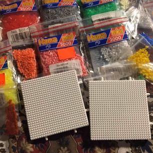 Massa blandade Hama micro beads. Varierande mängd i påsarna men säljer allt i ett pack. Det är alltså 30 kr för alla + eventuell frakt om de behövs skickas.