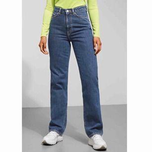 Säljer dessa sjukt snygga jeans från weekday i modellen row! Använda endast 2-3 gånger pga köpte fel storlek!  Frakt ingår i priset 🥰