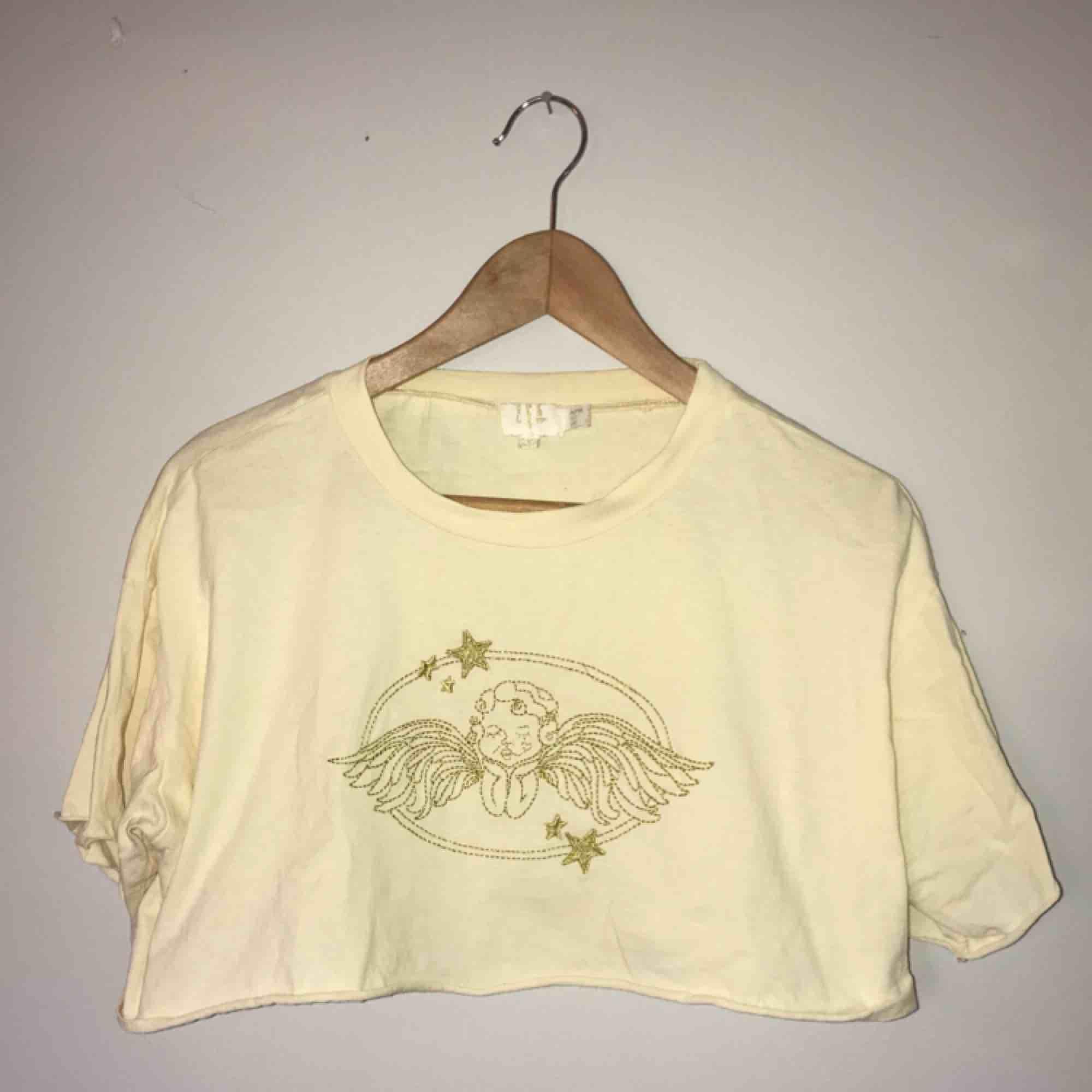 • Finaste croptoppen från Princess Polly •  Ljusgul med broderad kerub i gulglittrig tråd, endast använd vid ett par tillfällen.  100:- + frakt. T-shirts.
