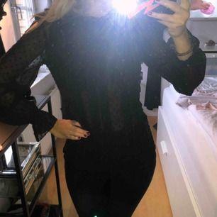 Jättefin blus från Zara, perfekt att ha i garderoben 🖤