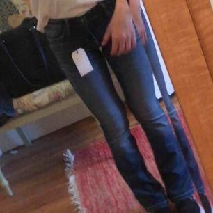 Säljer mina fina bootcut jeans! Inte använda så mycket så ej slitna. De är tyvärr för små för mig nu. Skulle aha att de motsvarar XS möjligtvis S men inte större än så. Midje storlek och längd finns med på bilderna.