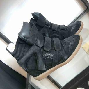 Säljer mina älskade Isabel Marant skor, kommer inte till användning och behöver kärlek hos någon annan 🖤 Kartong finns kvar och skorna är i superfint skick. Väldigt sällan använda. Lite missfärgning från byxor inuti men inget som syns när de är på! ⚡️