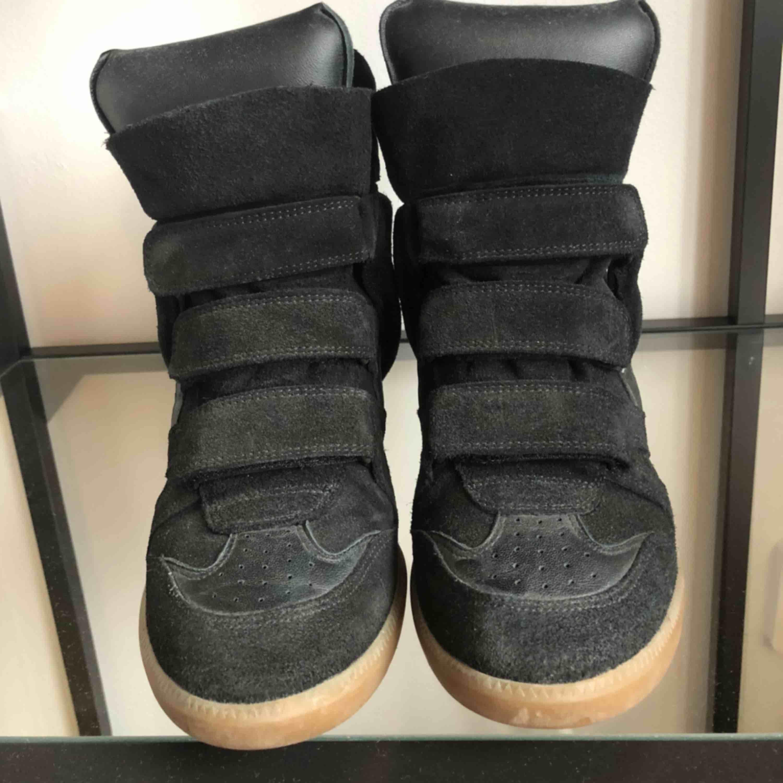 Säljer mina älskade Isabel Marant skor, kommer inte till användning och behöver kärlek hos någon annan 🖤 Kartong finns kvar och skorna är i superfint skick. Väldigt sällan använda. Lite missfärgning från byxor inuti men inget som syns när de är på! ⚡️ . Skor.